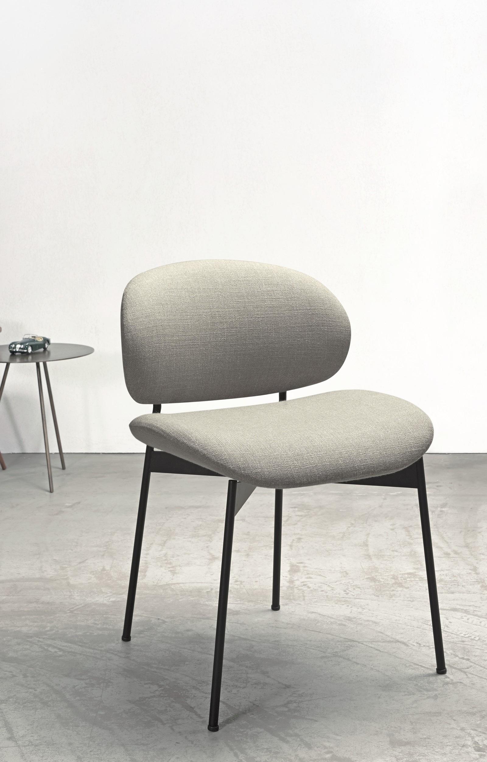 De ronde luz stoel van more is een subtiele knippoog naar de cocktail stoelen uit de jaren '50. de luz is ...